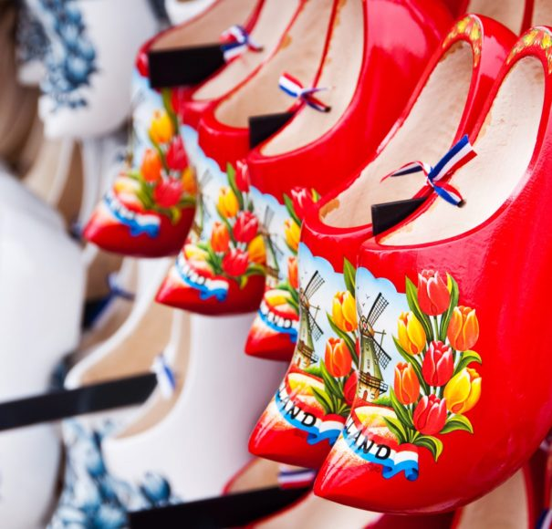 Dutch-Red-Dutch-wooden-shoes-in-Amsterdam-shop-LowRes