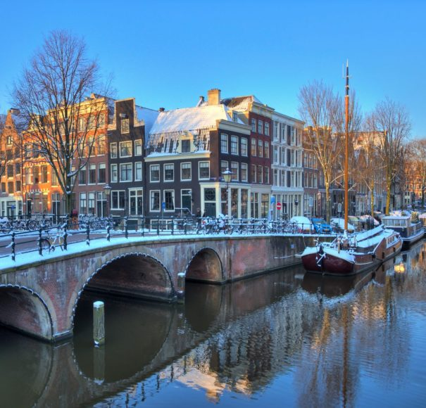 Dutch-city-canals-of-Amsterdam-Winter